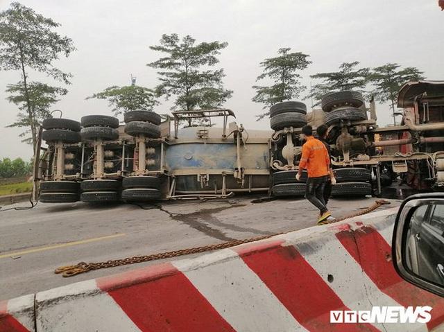 Xe tải lật chắn ngang đường 3 tiếng đồng hồ, đường lên sân bay Nội Bài ùn ứ - Ảnh 2.