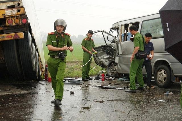 Xe khách chở các nhà sư tông xe container, 2 người chết và 11 người trọng thương  - Ảnh 3.