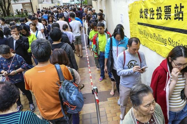 Hồng Kông: Phe thân Bắc Kinh thua nặng nề trong cuộc bầu cử hội đồng quận  - Ảnh 1.