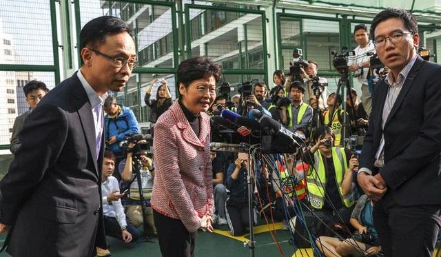Hồng Kông: Phe thân Bắc Kinh thua nặng nề trong cuộc bầu cử hội đồng quận  - Ảnh 2.