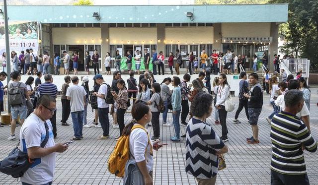 Hồng Kông: Phe thân Bắc Kinh thua nặng nề trong cuộc bầu cử hội đồng quận  - Ảnh 3.