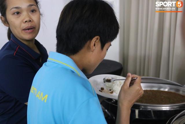 Sau scandal bị bỏ đói, tuyển nữ Việt Nam hạnh phúc với bữa buffet hoành tráng của khách sạn nhưng vẫn xác nhận: Món ngon nhất vẫn là đồ ăn mang từ nhà đi - Ảnh 7.
