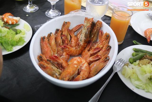 Sau scandal bị bỏ đói, tuyển nữ Việt Nam hạnh phúc với bữa buffet hoành tráng của khách sạn nhưng vẫn xác nhận: Món ngon nhất vẫn là đồ ăn mang từ nhà đi - Ảnh 8.