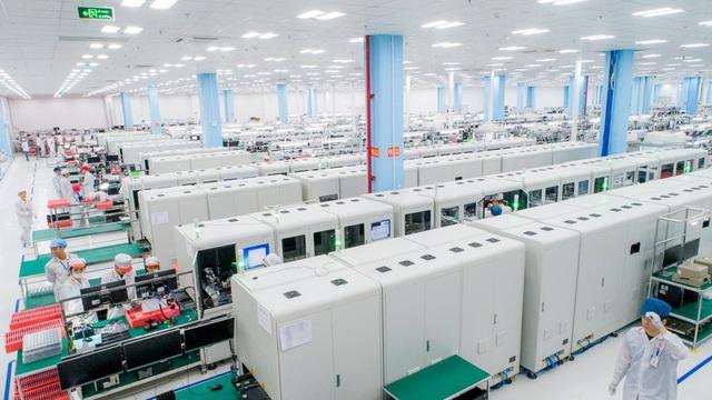 """""""Đột nhập"""" nhà máy, xem quy trình để thấy vì sao tỷ phú Phạm Nhật Vượng có thể sản xuất được 23 triệu smartphone/năm - Ảnh 2."""