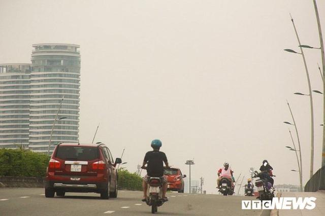 Bầu trời TP.HCM xanh ngắt bất ngờ sau nhiều ngày mù mịt - Ảnh 1.