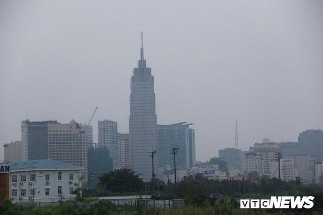 Bầu trời TP.HCM xanh ngắt bất ngờ sau nhiều ngày mù mịt - Ảnh 2.