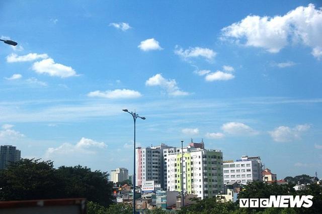 Bầu trời TP.HCM xanh ngắt bất ngờ sau nhiều ngày mù mịt - Ảnh 3.