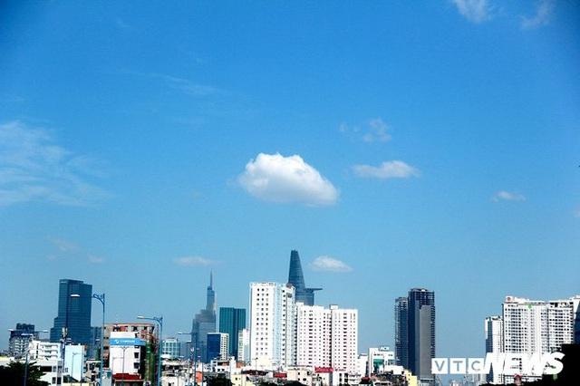 Bầu trời TP.HCM xanh ngắt bất ngờ sau nhiều ngày mù mịt - Ảnh 8.