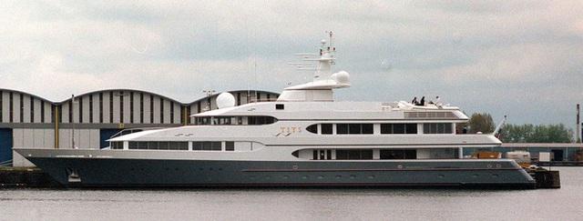 Cuộc sống đáng ghen tị của hai hoàng tử Brunei tại SEA Games 30: Đã đẹp trai lại giàu có, nhà toàn siêu xe và du thuyền nhưng vẫn đá bóng vì đam mê! - Ảnh 8.