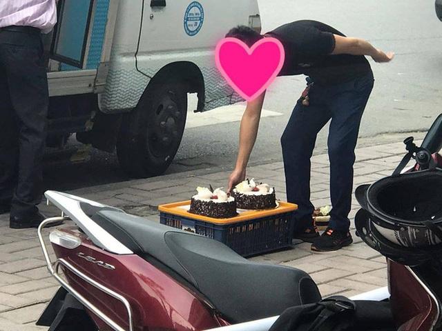 Khách hàng phát hoảng khi bánh ngọt tiệm Paris Gateaux bị nhân viên đặt thẳng xuống vỉa hè, đại diện thương hiệu lên tiếng - Ảnh 2.