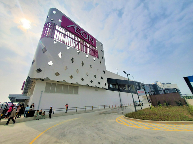 Khách tiu nghỉu vì đến Aeon Mall Hà Đông khai trương nhưng loạt cửa hàng vẫn đóng cửa - Ảnh 2.
