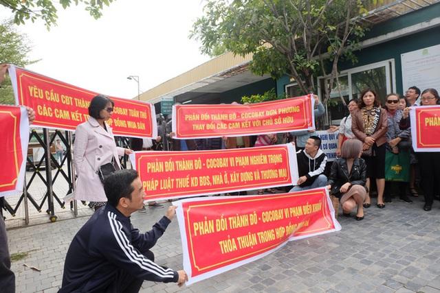 Bị lật kèo, khách hàng Cocobay Đà Nẵng ùn ùn kéo đến trụ sở Thành Đô đòi quyền lợi - Ảnh 1.