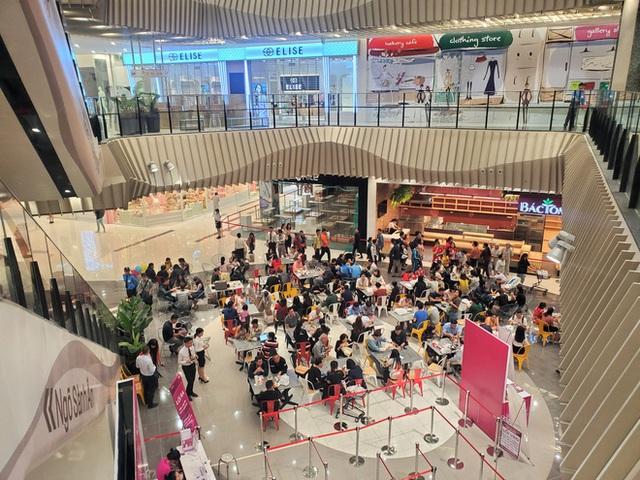 Khách tiu nghỉu vì đến Aeon Mall Hà Đông khai trương nhưng loạt cửa hàng vẫn đóng cửa - Ảnh 12.