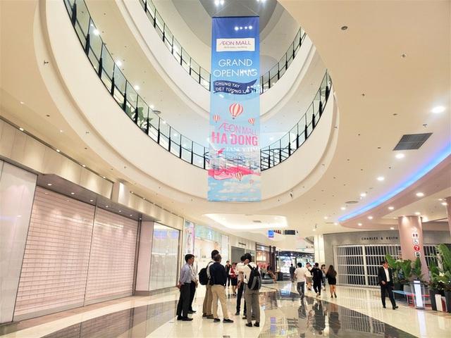 Khách tiu nghỉu vì đến Aeon Mall Hà Đông khai trương nhưng loạt cửa hàng vẫn đóng cửa - Ảnh 4.
