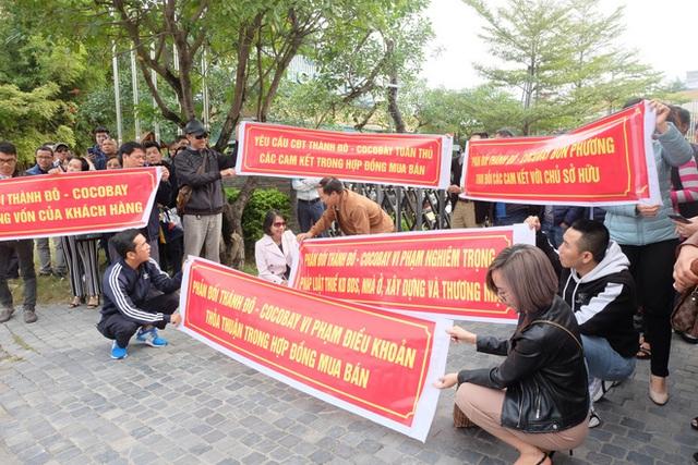 Bị lật kèo, khách hàng Cocobay Đà Nẵng ùn ùn kéo đến trụ sở Thành Đô đòi quyền lợi - Ảnh 4.