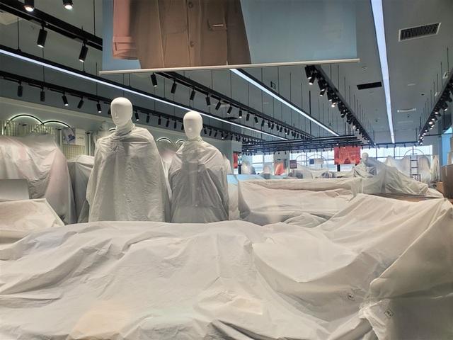 Khách tiu nghỉu vì đến Aeon Mall Hà Đông khai trương nhưng loạt cửa hàng vẫn đóng cửa - Ảnh 6.