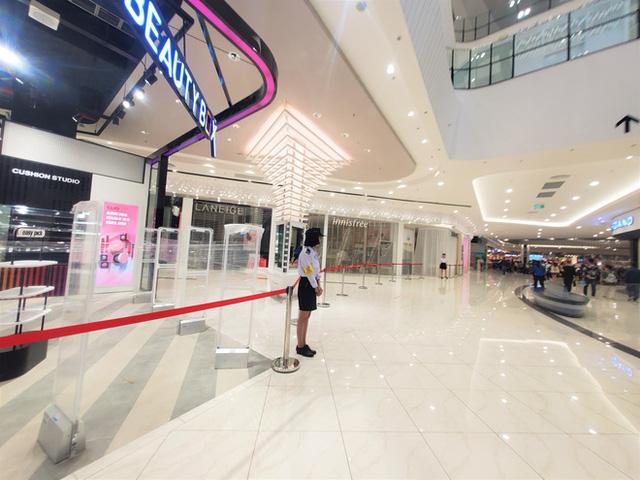 Khách tiu nghỉu vì đến Aeon Mall Hà Đông khai trương nhưng loạt cửa hàng vẫn đóng cửa - Ảnh 9.