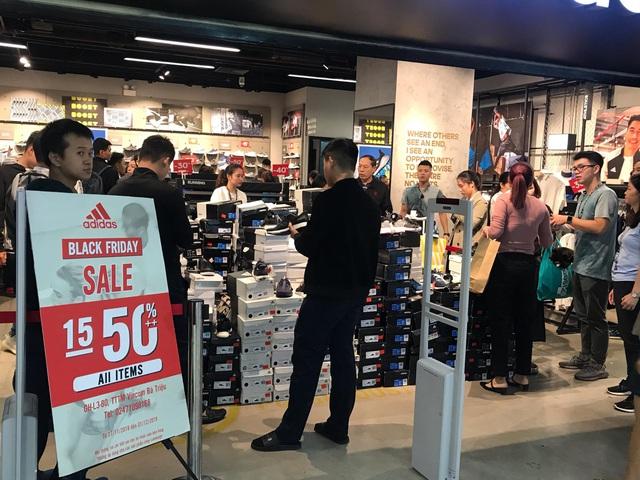 Black Friday 2019: Người mua xếp hàng từ sáng sớm, khu thanh toán chật kín người - Ảnh 3.