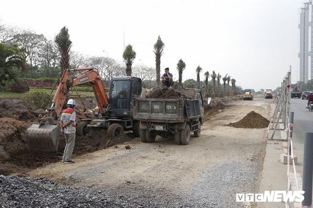 Ảnh: Công nhân xén dải phân cách, mở rộng đường gom Đại lộ Thăng Long - Ảnh 2.