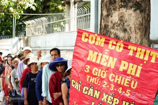 Phía sau cảnh xếp dép giữ chỗ trước BV Ung Bướu Sài Gòn: Gã giang hồ hoàn lương, 6 năm phát cơm miễn phí cho người nghèo - Ảnh 1.