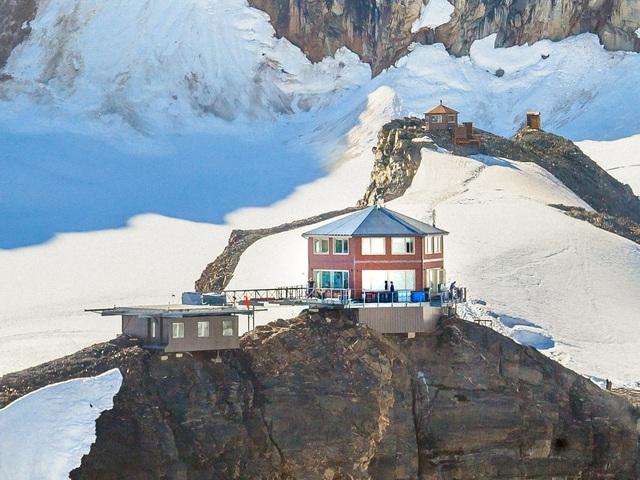 25.000 USD/đêm nghỉ trong nhà gỗ xa xỉ bên vách núi tuyết - Ảnh 1.