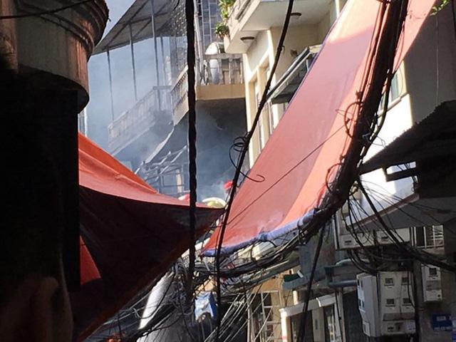 Xe chở gas phát nổ cháy dữ dội lan sang nhà giữa phố Bùi Ngọc Dương - Ảnh 1.