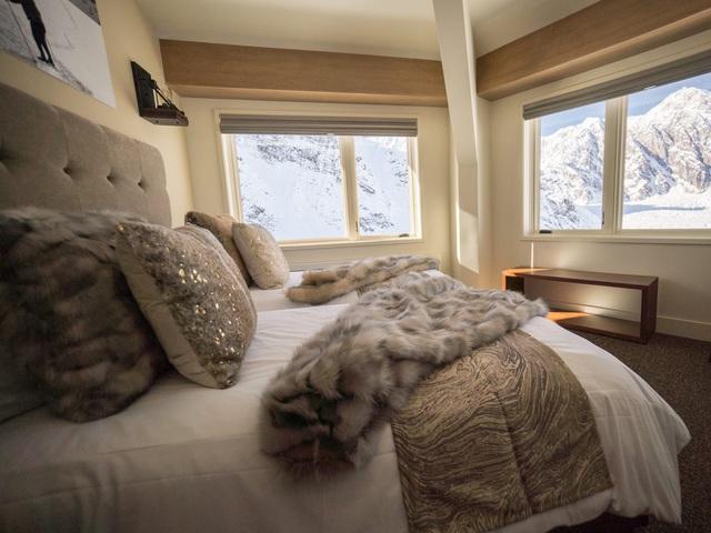 25.000 USD/đêm nghỉ trong nhà gỗ xa xỉ bên vách núi tuyết - Ảnh 12.