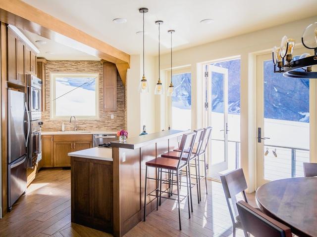 25.000 USD/đêm nghỉ trong nhà gỗ xa xỉ bên vách núi tuyết - Ảnh 17.