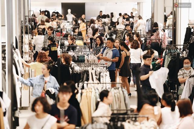 Ảnh: Tranh thủ giờ nghỉ trưa, người dân Hà Nội và Sài Gòn đổ xô tới các TTTM để săn hàng hiệu giảm giá dịp Black Friday - Ảnh 18.