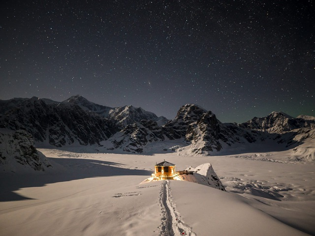 25.000 USD/đêm nghỉ trong nhà gỗ xa xỉ bên vách núi tuyết - Ảnh 3.