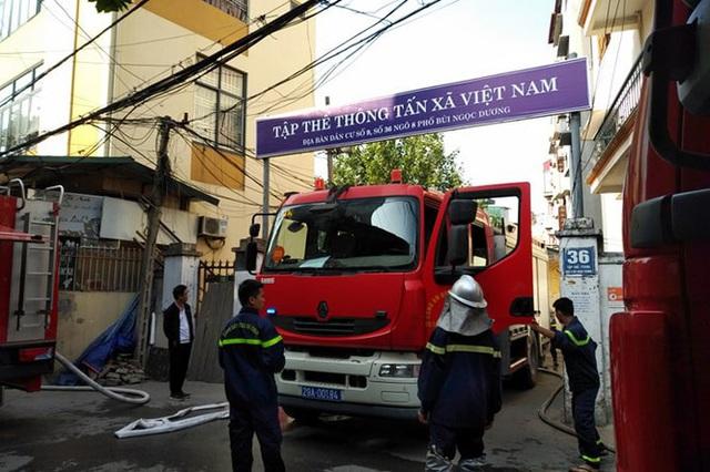 Xe chở gas phát nổ cháy dữ dội lan sang nhà giữa phố Bùi Ngọc Dương - Ảnh 3.