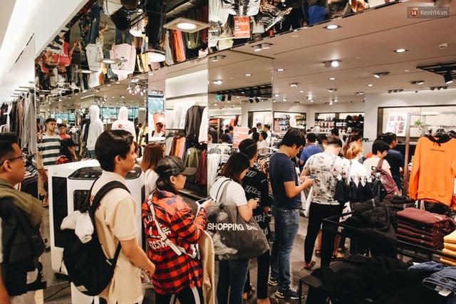 Ảnh: Tranh thủ giờ nghỉ trưa, người dân Hà Nội và Sài Gòn đổ xô tới các TTTM để săn hàng hiệu giảm giá dịp Black Friday - Ảnh 23.