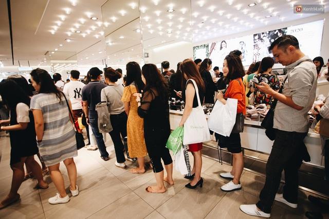 Ảnh: Tranh thủ giờ nghỉ trưa, người dân Hà Nội và Sài Gòn đổ xô tới các TTTM để săn hàng hiệu giảm giá dịp Black Friday - Ảnh 29.