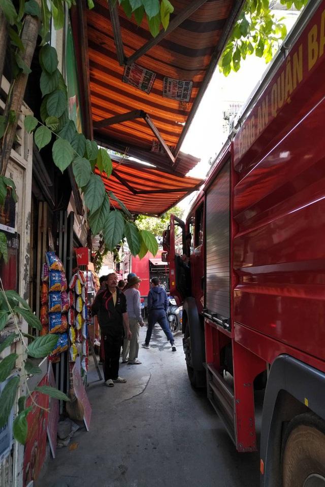 Xe chở gas phát nổ cháy dữ dội lan sang nhà giữa phố Bùi Ngọc Dương - Ảnh 4.