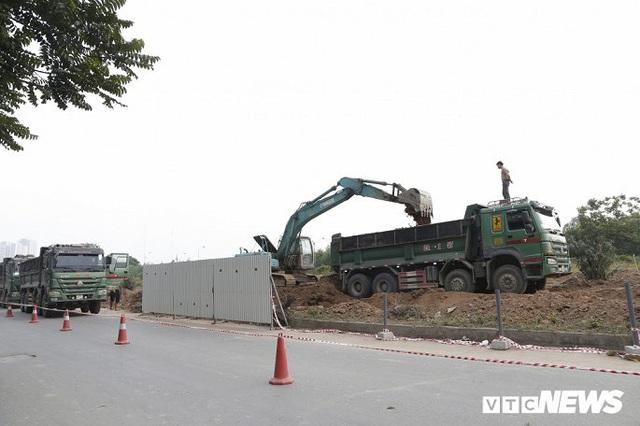 Ảnh: Công nhân xén dải phân cách, mở rộng đường gom Đại lộ Thăng Long - Ảnh 5.
