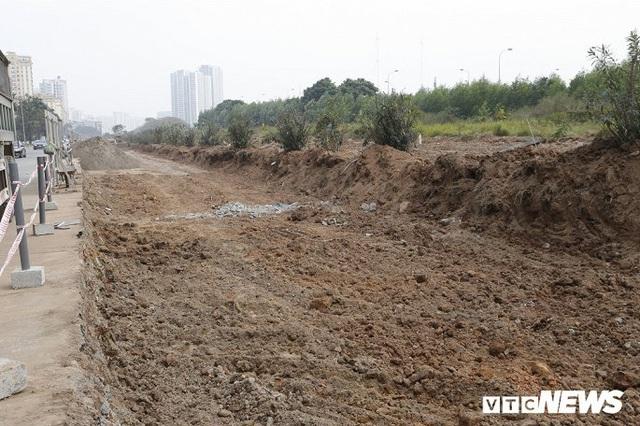 Ảnh: Công nhân xén dải phân cách, mở rộng đường gom Đại lộ Thăng Long - Ảnh 6.