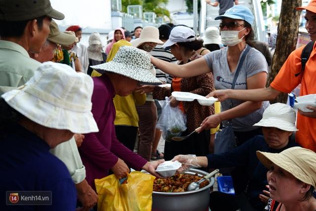 Phía sau cảnh xếp dép giữ chỗ trước BV Ung Bướu Sài Gòn: Gã giang hồ hoàn lương, 6 năm phát cơm miễn phí cho người nghèo - Ảnh 6.