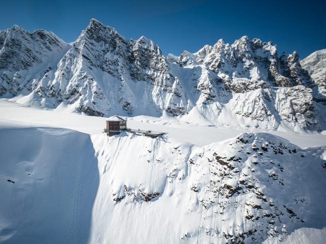 25.000 USD/đêm nghỉ trong nhà gỗ xa xỉ bên vách núi tuyết - Ảnh 6.