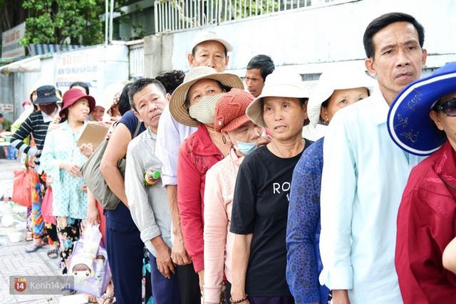 Phía sau cảnh xếp dép giữ chỗ trước BV Ung Bướu Sài Gòn: Gã giang hồ hoàn lương, 6 năm phát cơm miễn phí cho người nghèo - Ảnh 8.