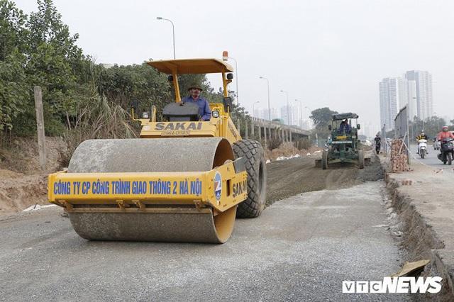 Ảnh: Công nhân xén dải phân cách, mở rộng đường gom Đại lộ Thăng Long - Ảnh 9.