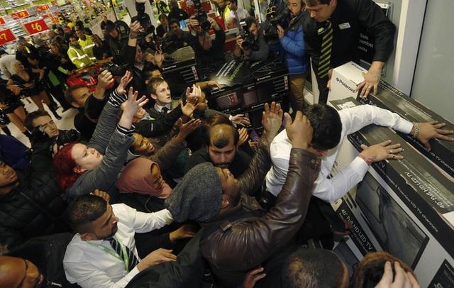 Cuồng như dân Mỹ săn hàng giảm giá ngày Black Friday: Vừa đi hóa trị ung thư vẫn quyết xếp hàng chờ mua TV giảm giá  - Ảnh 4.