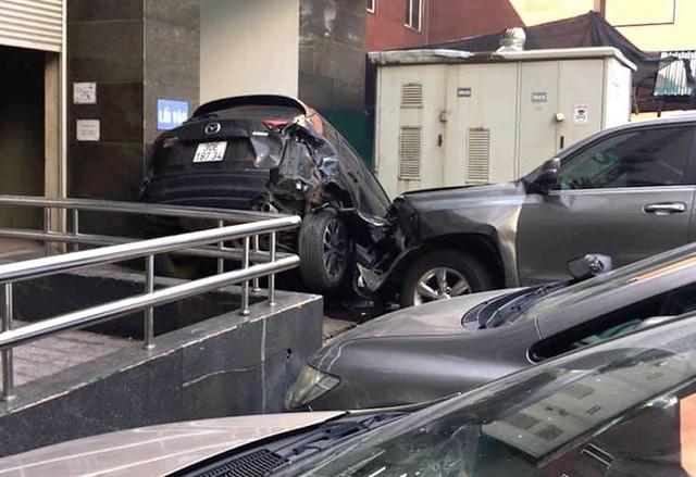 Lexus mất lái đâm hàng loạt ô tô ở Hà Nội - Ảnh 1.