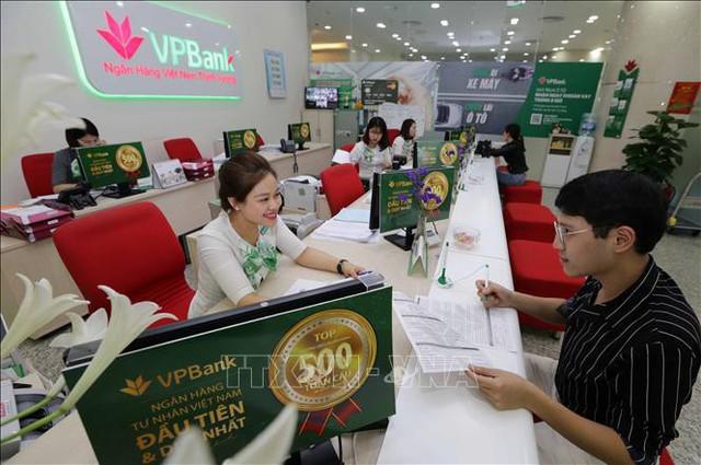 Cuộc đua miễn phí dịch vụ của các ngân hàng - Ảnh 1.