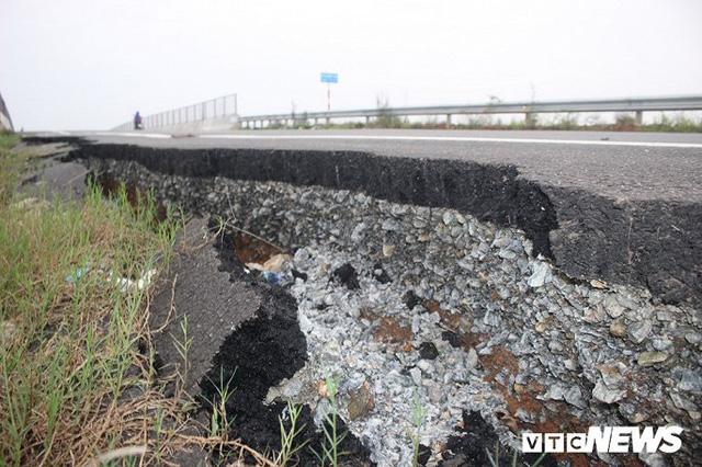 Đường dẫn lên cầu vượt cao tốc 34.500 tỷ sụt lún, nứt toác chỉ sau trận mưa - Ảnh 1.