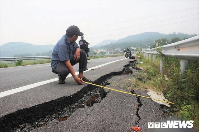 Đường dẫn lên cầu vượt cao tốc 34.500 tỷ sụt lún, nứt toác chỉ sau trận mưa - Ảnh 2.
