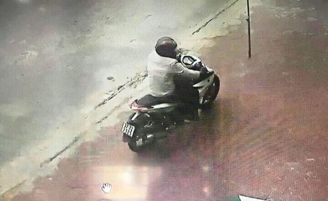 Cựu trung úy công an nổ súng vào ngân hàng bị thay đổi tội danh từ Gây rối trật tự công cộng sang Cướp tài sản  - Ảnh 2.