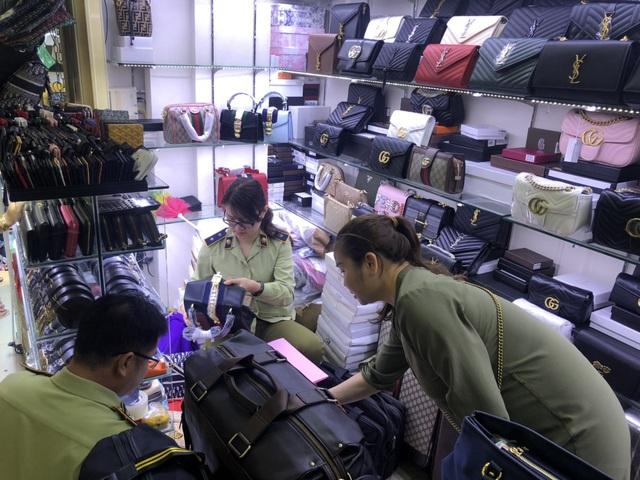 Túi hàng hiệu Louis Vuitton, Chanel, Gucci... chất thành đống tại cửa hàng, đồng hồ Patek Philippe, Rolex... giá siêu rẻ chỉ vài triệu đồng - Ảnh 3.