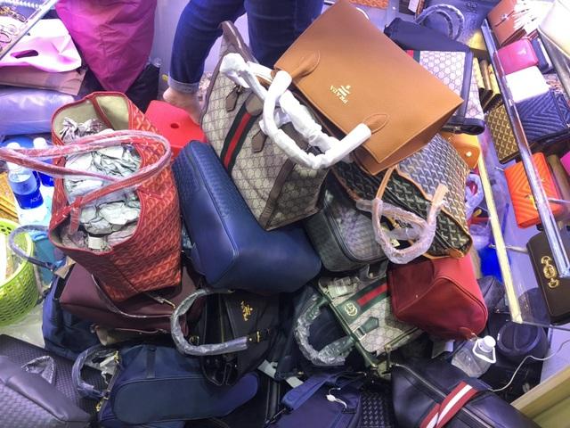 Túi hàng hiệu Louis Vuitton, Chanel, Gucci... chất thành đống tại cửa hàng, đồng hồ Patek Philippe, Rolex... giá siêu rẻ chỉ vài triệu đồng - Ảnh 4.