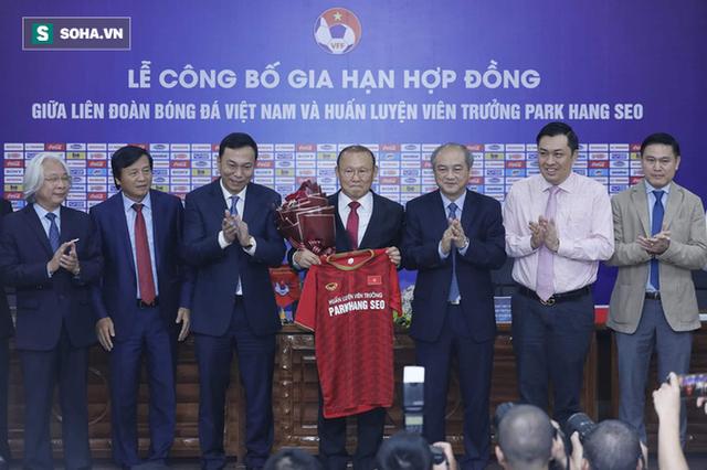 Trong ngày công bố hợp đồng mới, HLV Park Hang-seo không quên gửi lời tri ân bầu Đức - Ảnh 1.