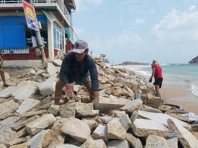 Vác đá vá kè đón bão số 6 Nakri - Ảnh 1.